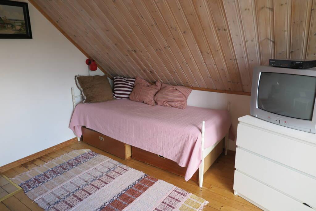Enkel säng i tvrummet Bergshus