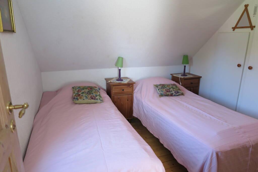 visar sovrummet i Bergshus Ullstorps stugor