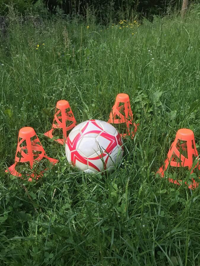 Outdoor-games-utomhusspel-fotboll-med-koner-Ullstorps-stugor-Skåne