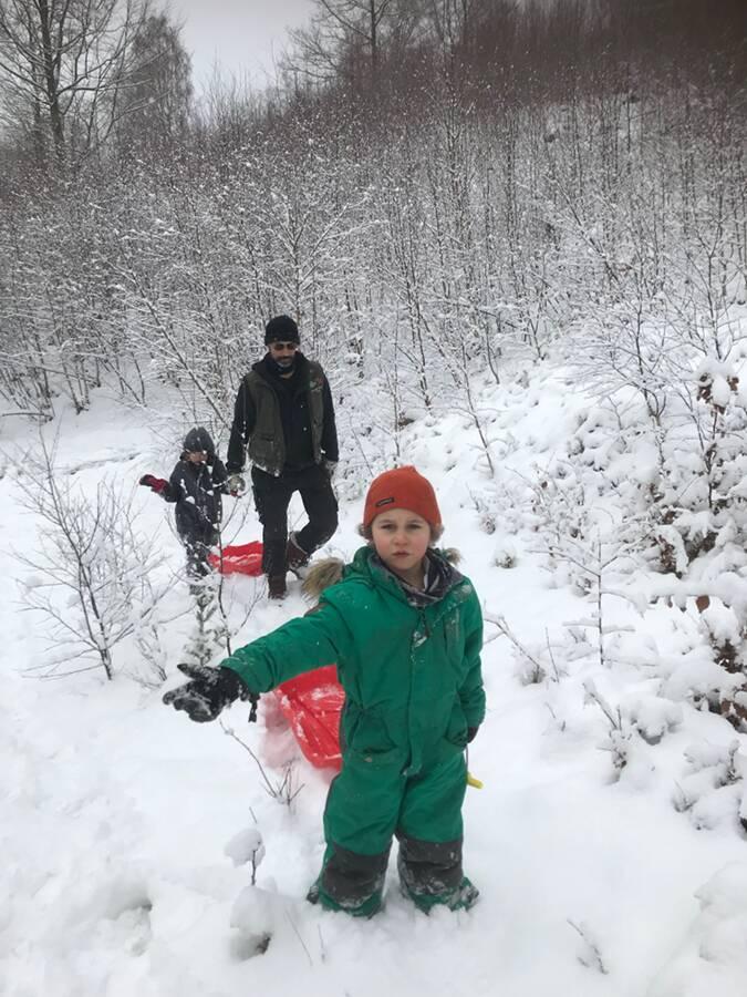 playing in the snow Pulkaåkning Ullstorps stugor Skåne